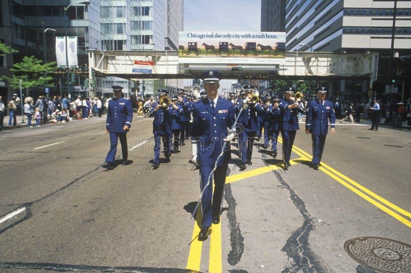 从空军前进在美国陆军游行的,芝加哥,伊利诺伊的战士 免版税库存图片