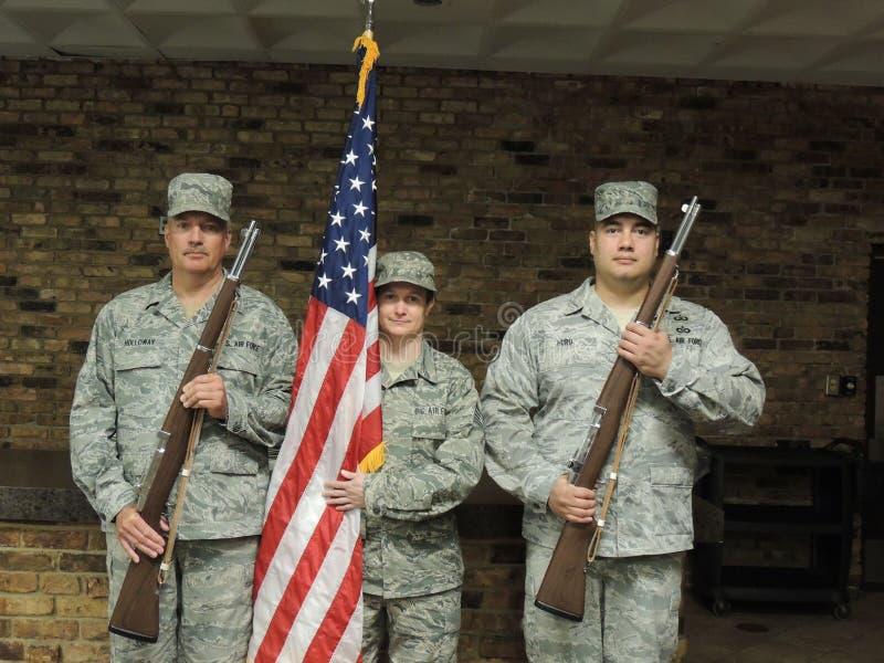 空军队与步枪和旗子的仪仗队 库存照片