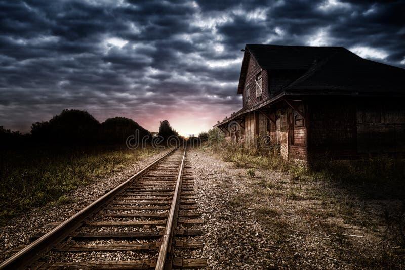 空和被放弃的火车站在晚上 免版税库存图片