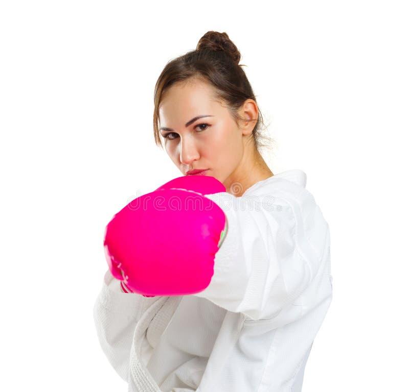 空手道姿势的一个女孩 在桃红色手套 背景查出的白色 免版税库存照片