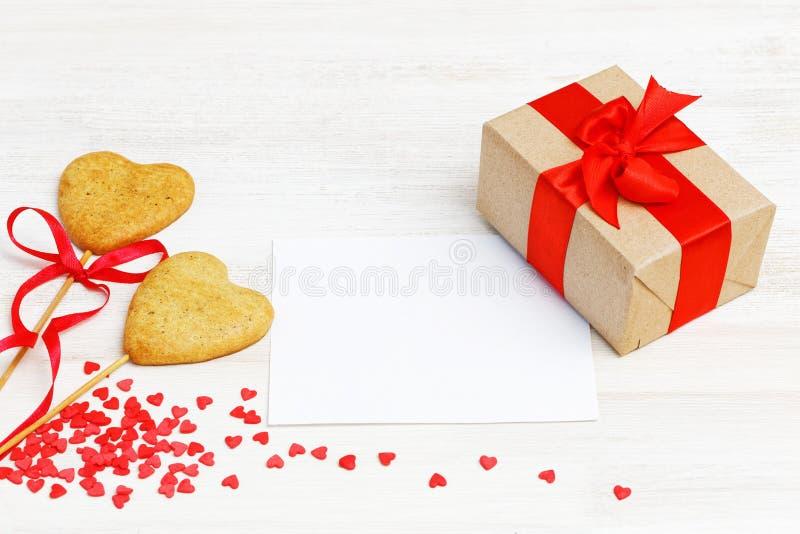 空插件,在牛皮纸包裹的礼物,两个自创曲奇饼 免版税库存图片