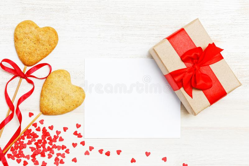 空插件,在牛皮纸包裹的礼物,两个自创曲奇饼 免版税图库摄影