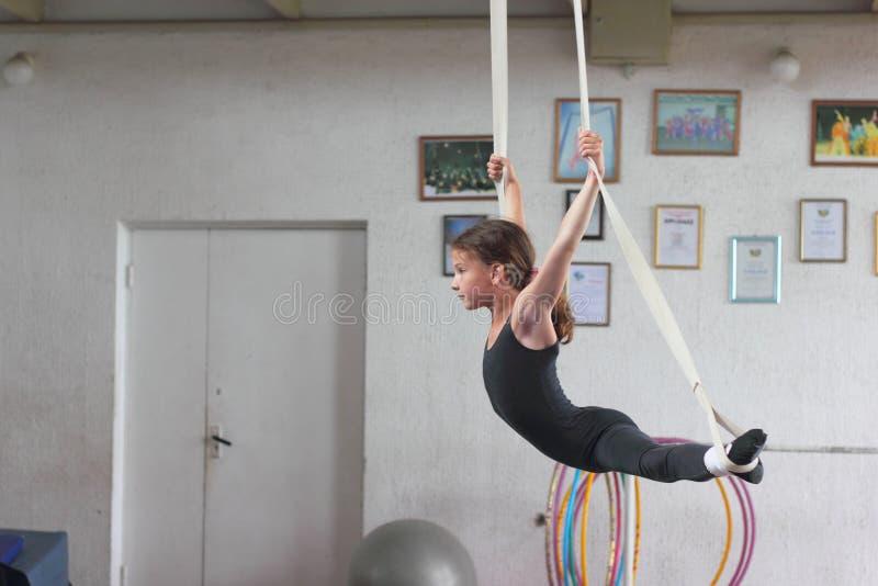 空气体操运动员训练 库存图片
