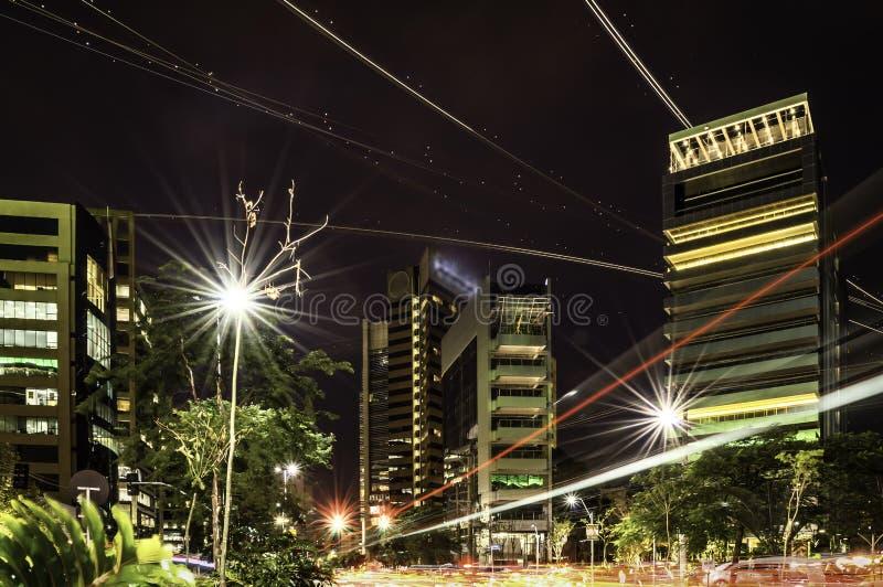 空气和地面交通在城市 库存图片