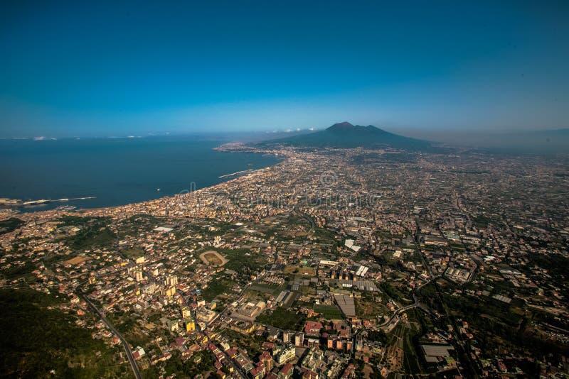 空气在维苏威,意大利附近的视图城市 免版税库存图片