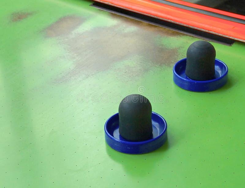 空气曲棍球与桨的桌特写镜头 免版税库存图片