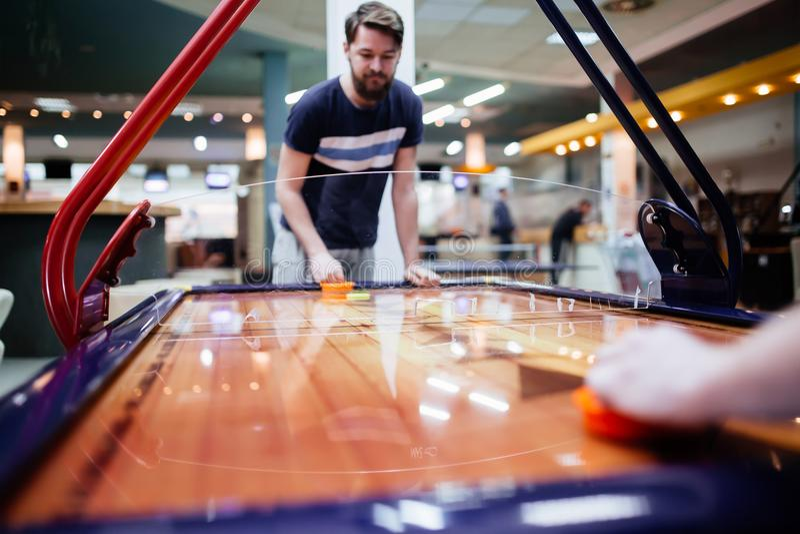 空气曲棍球是乐趣甚而成人的 免版税库存图片