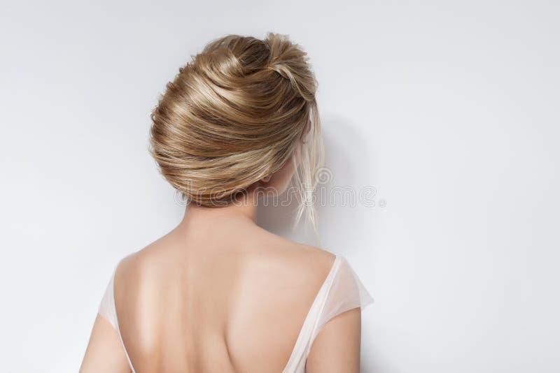 空气桃红色礼服的婚礼发型美丽的新娘精美女孩在白色背景的演播室 免版税图库摄影