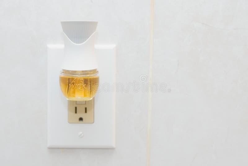 空气灯芯接通与液体湿剂的空气清新剂 图库摄影