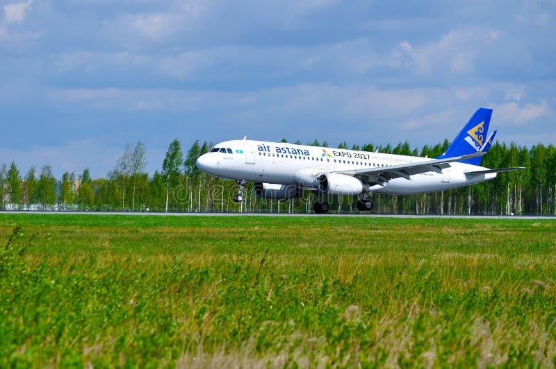 空气阿斯塔纳空中客车A320航空器在跑道乘坐在到来以后在普尔科沃国际机场在圣彼德堡,俄罗斯 免版税库存照片