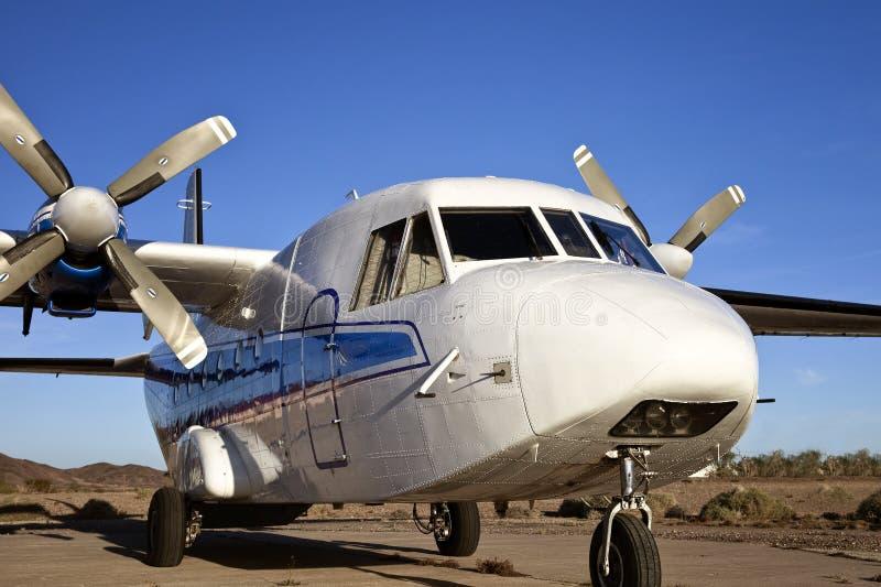 空白双胞胎螺旋桨推进式飞机 库存图片