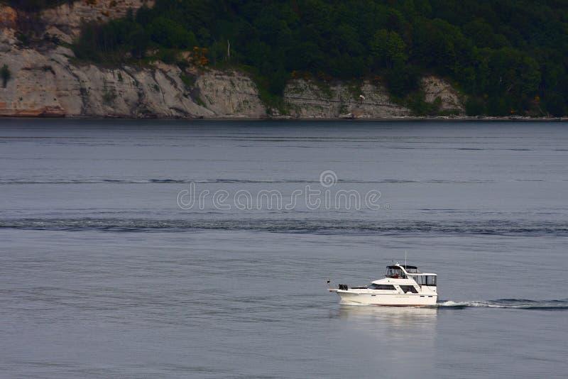 空白可住宿的游艇在风平浪静 免版税库存照片