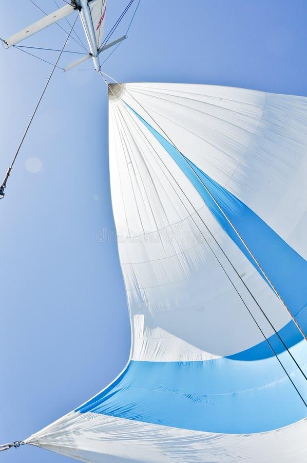 空白和蓝色大三角帆 库存照片