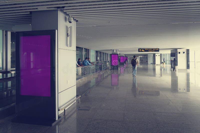 空白嘲笑在机场背景的垂直的街道海报广告牌 库存图片