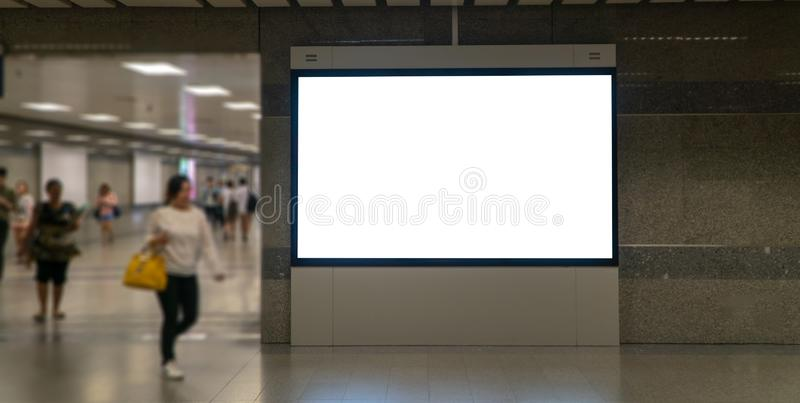 空白嘲笑在透视水平卓著的垂直的海报广告牌在天空火车平台 免版税图库摄影