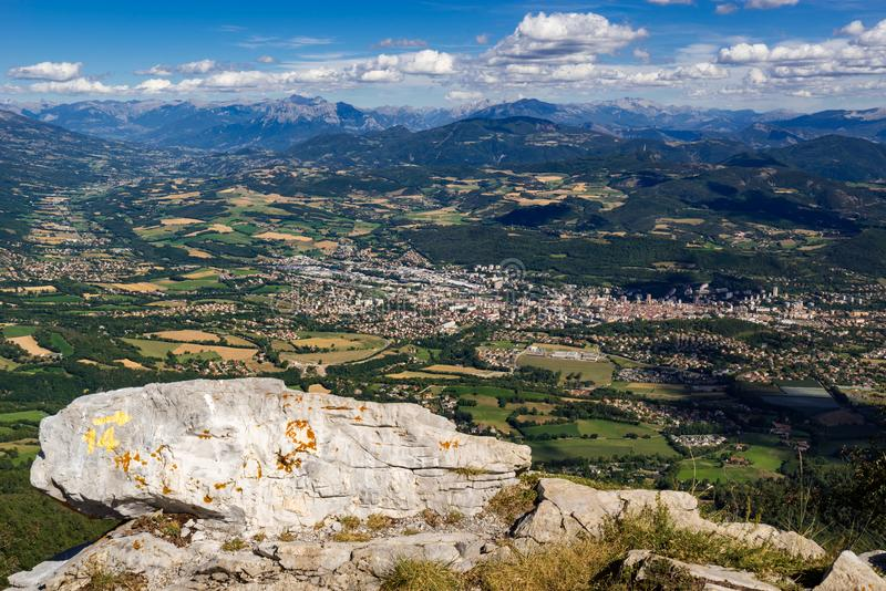 空白城市的高的看法在夏天 上阿尔卑斯省,阿尔卑斯,法国 免版税库存图片