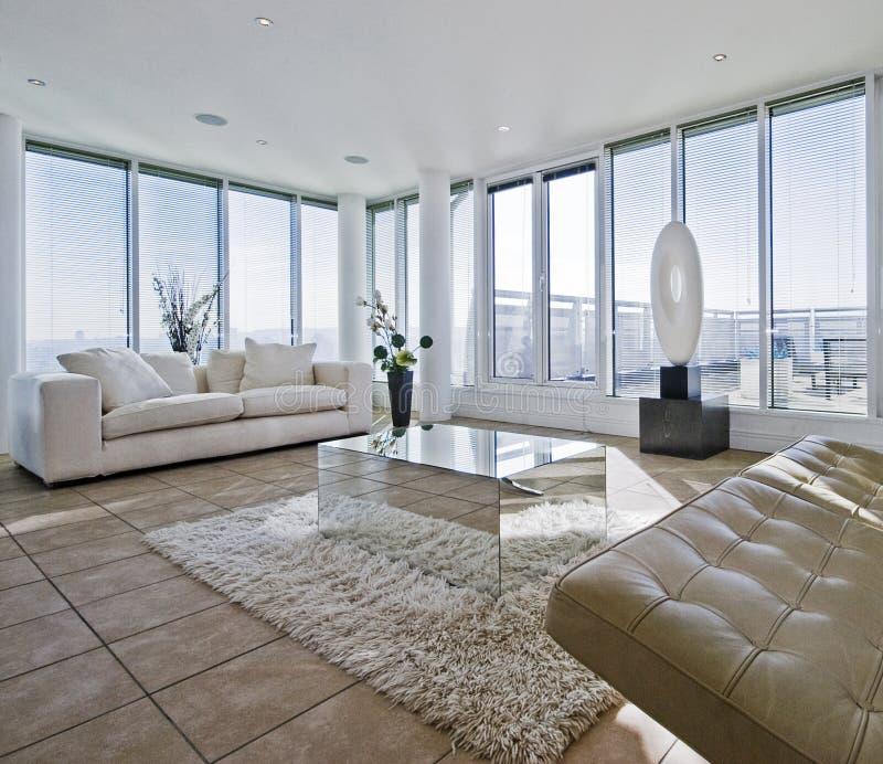 空白大块的生存大量空间的沙发 免版税库存照片