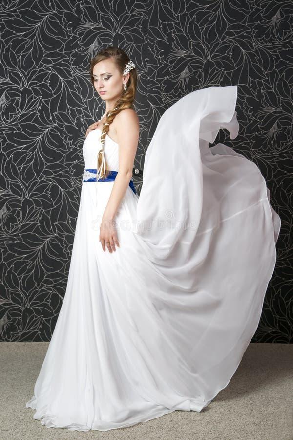 空白婚礼礼服的美丽的妇女 免版税库存图片