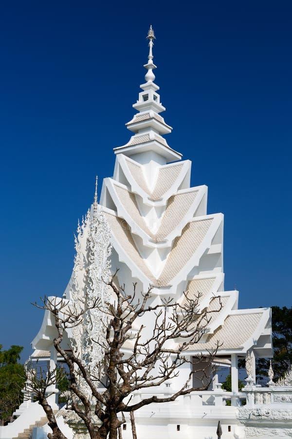 空白寺庙的尖顶在清迈,泰国 免版税库存照片