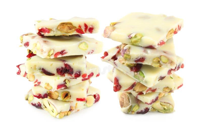 空白巧克力用开心果和蔓越桔 免版税库存照片