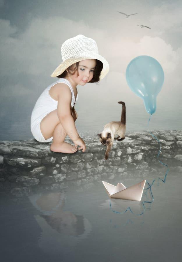 空白帽子的小女孩 免版税库存照片
