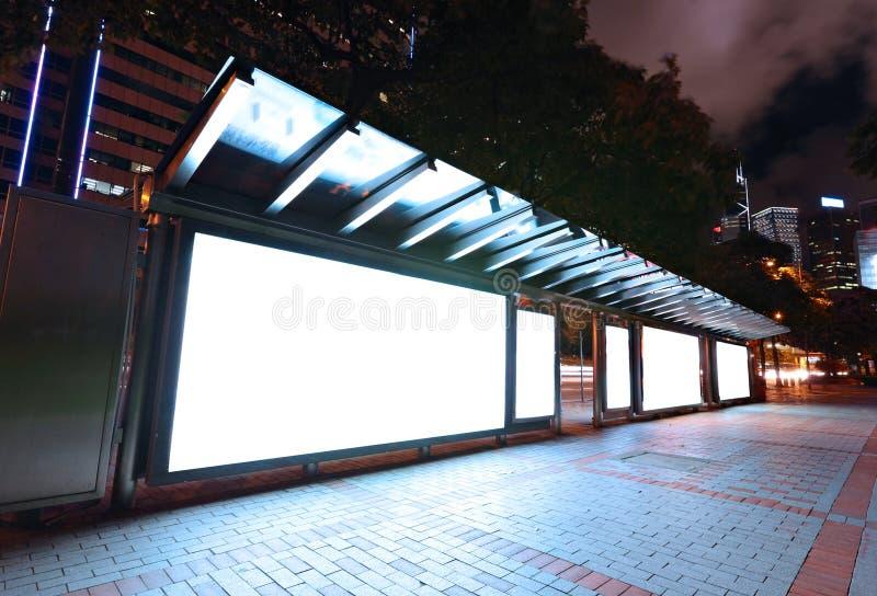 空白广告牌在晚上 库存图片