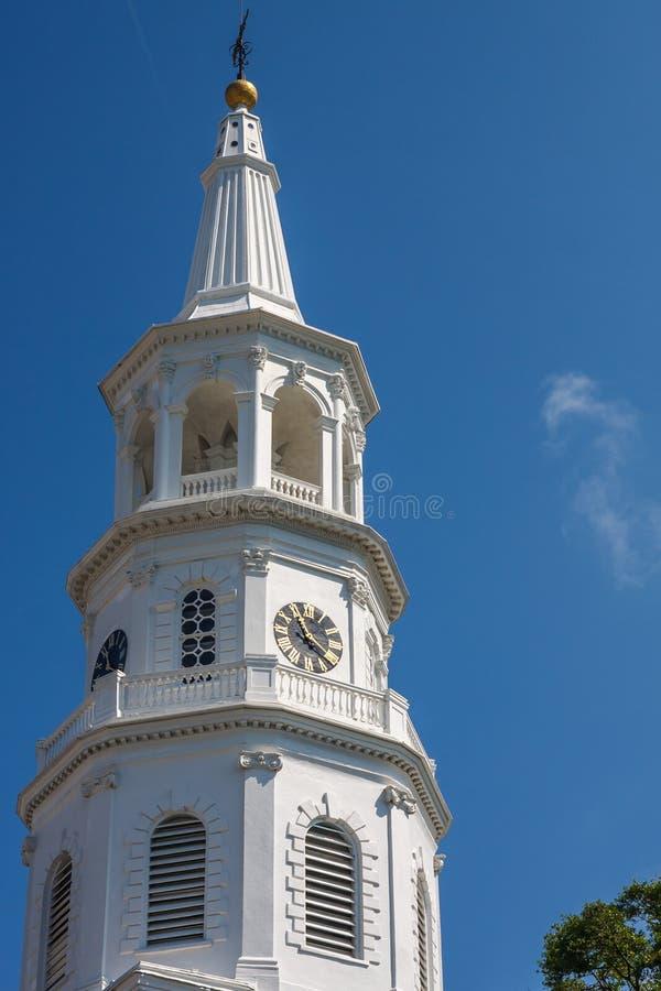 空白教会尖顶和钟塔 库存照片