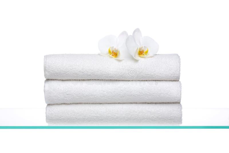 空白新鲜的兰花的毛巾 图库摄影