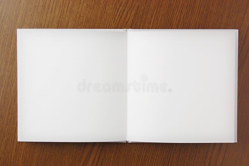空白木书开放的表 图库摄影