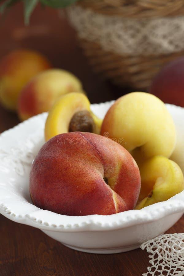 空白杏子背景查出的桃子 免版税图库摄影