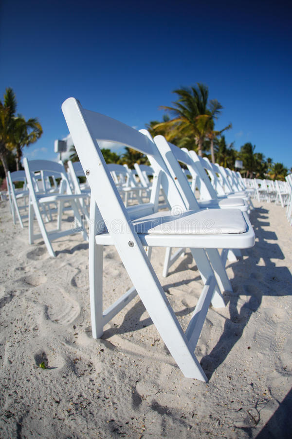 空白椅子行在海滩的 免版税库存图片