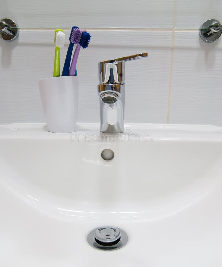空白水槽和牙刷 免版税库存照片