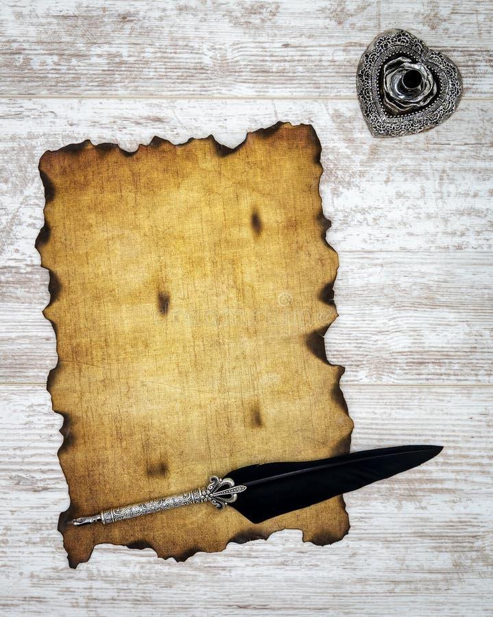 空白烧了与墨水和纤管的葡萄酒卡片在白色被绘的橡木-顶视图 免版税图库摄影