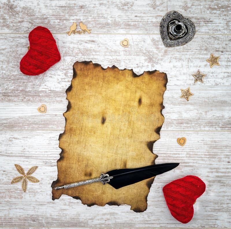 空白烧了葡萄酒与红色拥抱心脏、木装饰、墨水和纤管-顶视图的情人节卡片 免版税库存照片