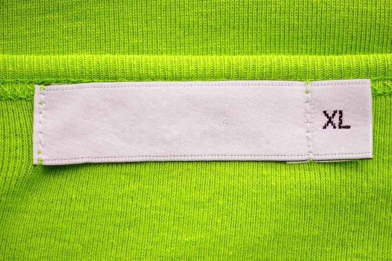 空白白色衣裳用在新的绿色衬衣的XL大小标记标签 图库摄影