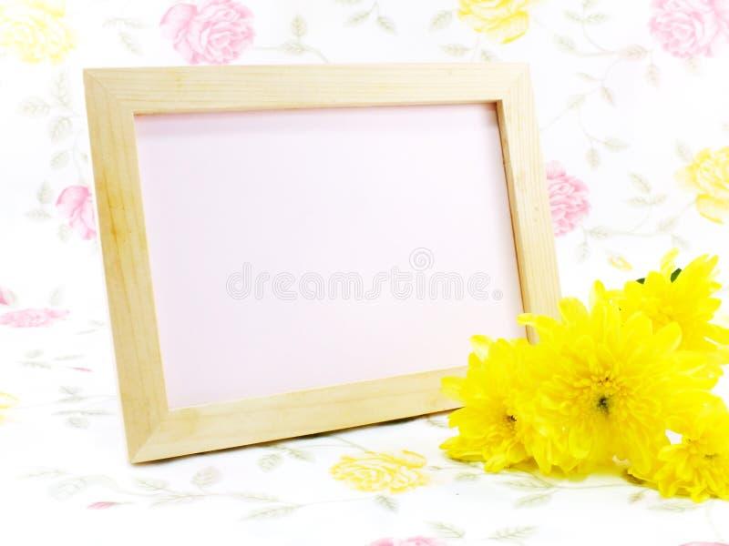 空白的与桃红色玫瑰的照片木框架在甜花 库存图片