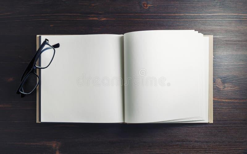 空白的书,玻璃 免版税图库摄影