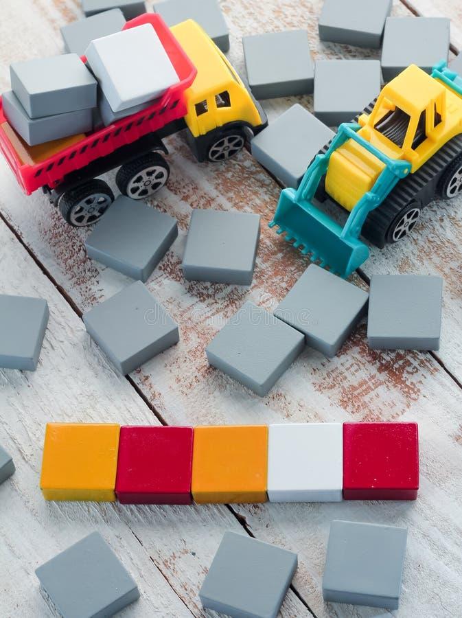 空白的五颜六色的木拼字游戏编结与卡车玩具 库存图片