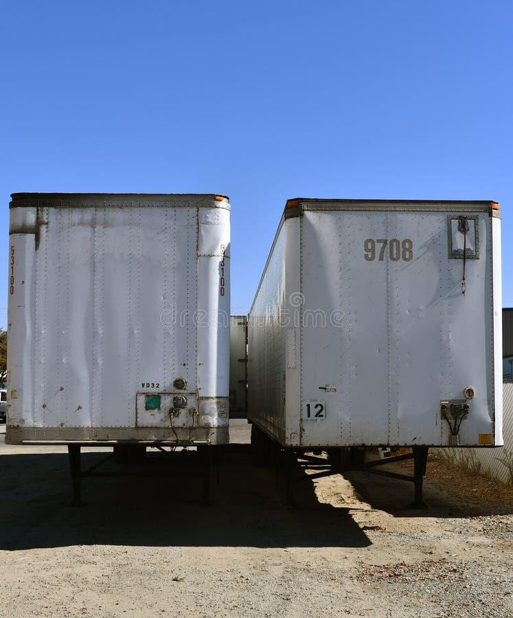 空白的停放的搬运车白色半拖车 透视frunt 免版税库存照片