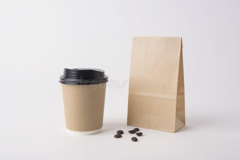 空白的包装纸袋子和咖啡杯大模型模板的 免版税库存图片