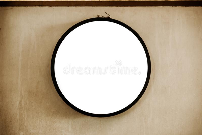 空白的圈子签署在老墙壁上的黑框架 文本空间 库存照片