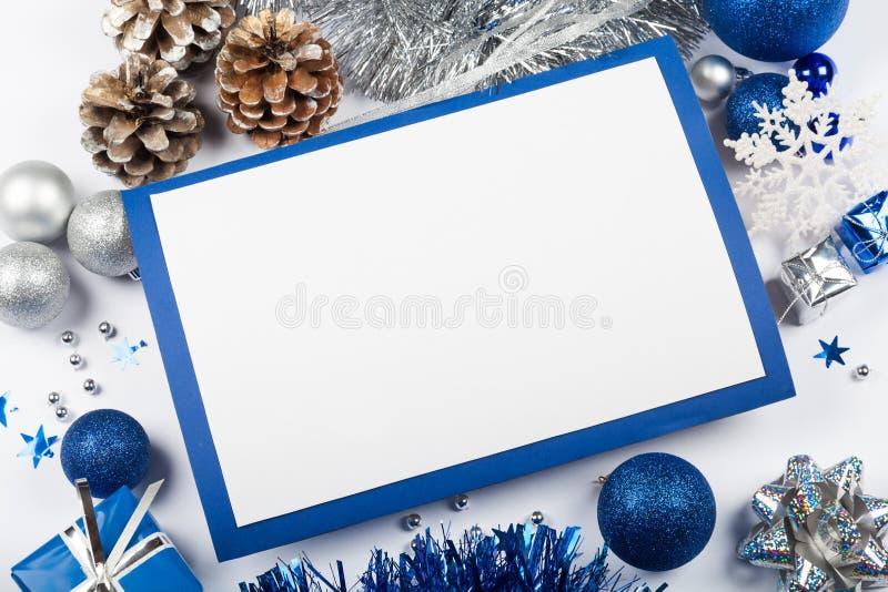 空白的圣诞卡和蓝色圣诞节装饰 免版税图库摄影