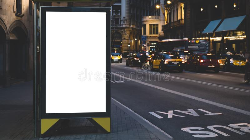 空白的在公共汽车站,空的广告广告牌大模型的广告灯箱在夜班车驻地,在背景城市str的模板横幅的 库存图片
