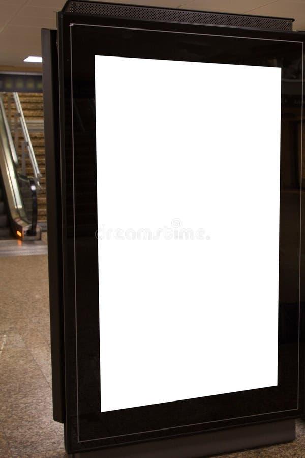 空白的在自动扶梯旁边的街道广告牌空的白色标志与在给显示做广告附近的裁减路线 免版税库存照片