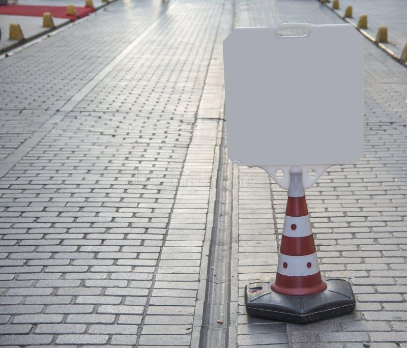 空白的在街道上的路情报标志 免版税库存图片