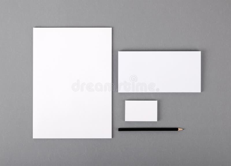 空白的基本的文具。平的信头,名片,信封 免版税库存照片