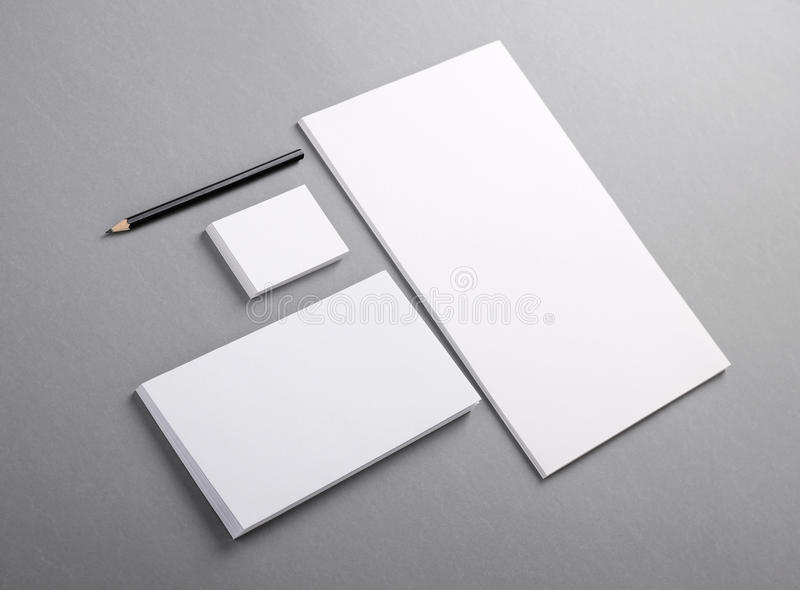空白的基本的文具。平的信头,名片,信封 免版税库存图片