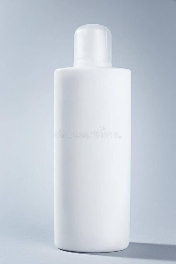 空白的大模型白色化妆管包裹奶油胶凝体或香波 您的组装设计的准备好模板 库存照片