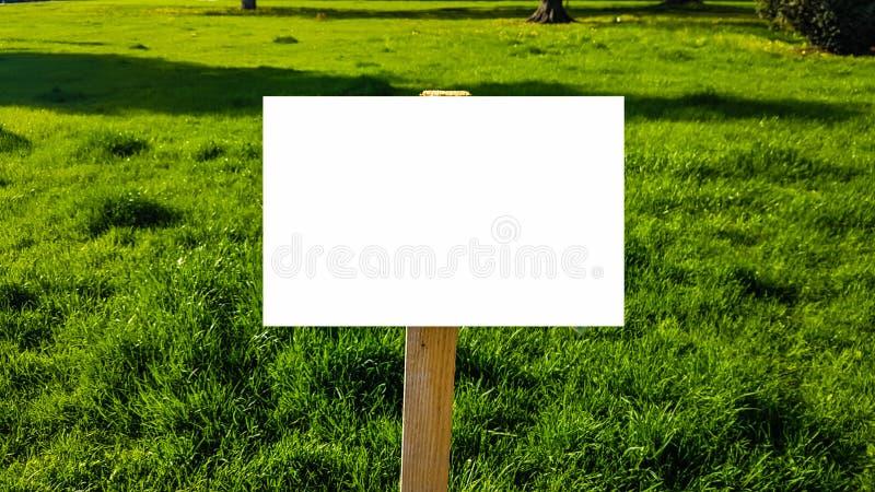 空白的广告广告牌标志都市公开白色被隔绝的裁减路线模板广告横幅嘲笑  免版税库存图片