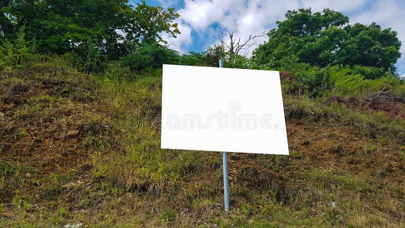 空白的广告广告牌标志都市公开白色被隔绝的裁减路线模板广告横幅嘲笑  库存照片